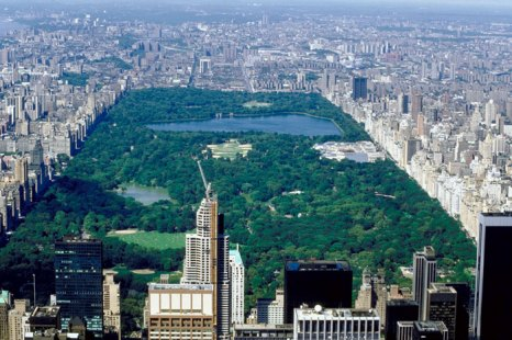 Центральный парк (англ. Central Park) в Нью-Йорке является одним из крупнейших и известнейших парков в мире. Парк расположен на острове Манхэттен между 59-й и 110-й улицей и Пятой и Восьмой авеню и таким образом имеет прямоугольную форму. Фото: NA/Photos.com