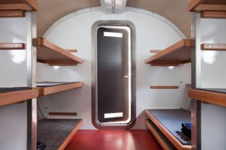 Внутри хижины, напоминающей космическую капсулу, могут разместиться до 12 человек. Фото: LEAP FACTORY/Flickr