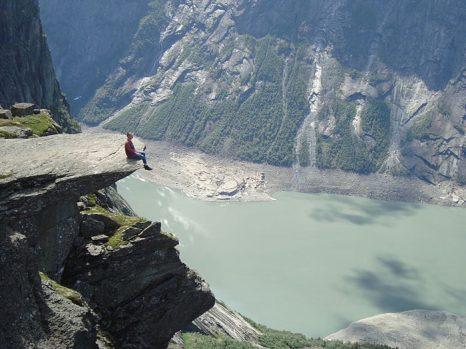 Язык Тролля- каменный выступ на горе Скьеггедаль, Норвегия. Фото: Jan Skrodzki/commons.wikimedia.org