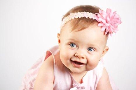 Младенец улыбается для того, чтобы получить ответ от кого-либо, например, ответную улыбку или слово от матери. Фото: Enyezdi/Photos.com