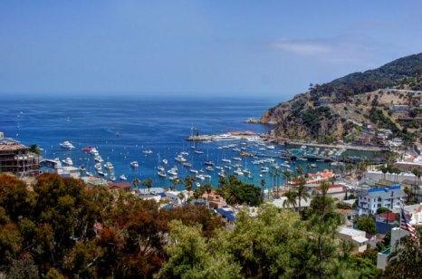 Яхты и парусники у причала Авалон-Харбор на острове Санта-Каталина у берегов Южной Калифорнии. Фото: Photos.com