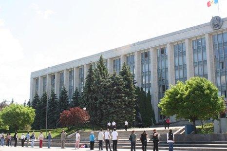 Пикет возмущенных организаторов концерта Shen Yun Performing Arts  в Молдавии. Фото: Великая Эпоха