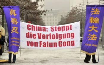 Последователи Фалуньгун выступают против преследования движения Фалуньгун в Китае во время визита в Берлин Вэнь Цзябао, китайского премьер-министра. 29 января 2009 г. С 1999 года Фалуньгун является, по распоряжению компартии, запрещенным в Китае, и преследуется вопреки закону. Фото: John MacDougall /AFP /Getty Images