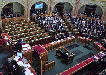 Новую конституцию приняли в Венгрии. Фото: ATTILA KISBENEDEK/AFP/Getty Images