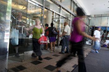Покупатели покидают  универмаг в Нью-Йорке. Фото: Spencer Platt/Getty Images