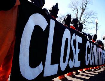 Правозащитные организации выражают обеспокоенность в связи с тем, что тюрьма не будет закрыта к 22 января 2010 года, как обещал президент США Барак Обама. Фото: Alex Wong/Staff/ Getty Images