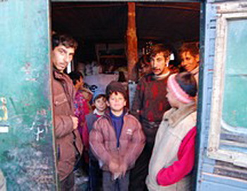 Страдания ромских семей длятся уже шесть лет. Местным властям пора предоставить им достойное жильё в безопасном для здоровья месте, в пределах досягаемости государственных служб и учреждений. Фото предоставлено пресс-службой организации Amnesty International