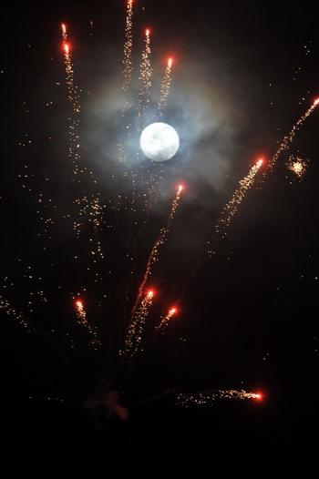 Мир празднует Новый год. Голубая Луна. Фото: ADEK BERRY/AFP/Getty Images