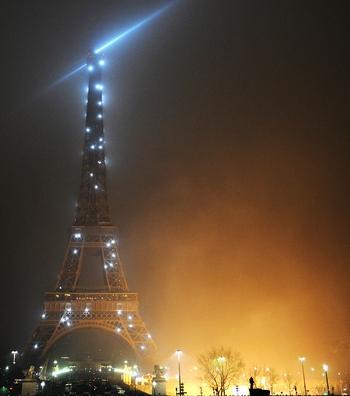 Новогодняя ночь в Париже. Фото: BERTRAND LANGLOIS/AFP/Getty Images