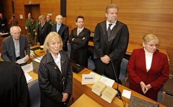 Эти четверо пенсионеров обвиняются в том, что похитили 56-летнего бухгалтера Джеймса Амберна, угрожали ему смертью и потребовали у него 2.5 миллионов евро. JOERG KOCH/AFP/Getty Images