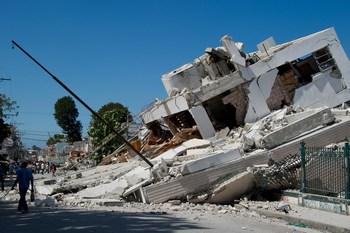 Число жертв на Гаити может быть более сто тысяч человек. Из-под завалов в столице страны Порт-о-Пренсе продолжают извлекать тела. Фото: Frederic Dupoux/Getty Images