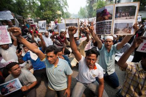 Этнические рохингья протестуют перед посольством Мьянмы в Куала-Лумпур 15 июня 2012. Фото: MOHD RASFAN/AFP/GettyImages