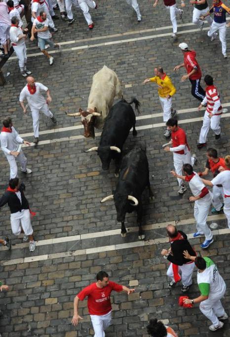 Загон быков во время праздника Сен-Фермин в Памплоне 9 июля 2012 г. Фото: Jasper Juinen/Getty Images