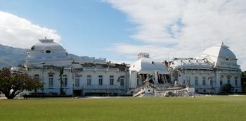 Вашингтон объявил об отправке для спасательных операций на Гаити 3500 солдат и 2200 морских пехотинцев. Землетрясением разрушен президентский дворец в Порт-о-Пренсе. Фото: THONY BELIZAIRE/AFP/Getty Images