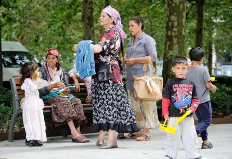 Цыгане протестуют перед ратушей города Рубе на севере Франции 22 августа 2012 г. Фото: PHILIPPE HUGUEN/AFP/GettyImages