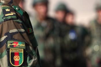 Войска НАТО  вместе с подразделениями афганской армии пытаются дать отпор боевикам в Кабуле. Фото:  JOEL SAGET/AFP/Getty Images
