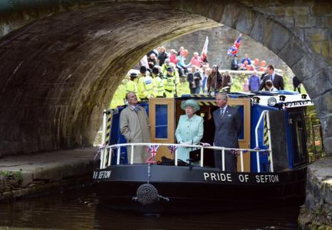 Королева Елизавета II посещает Северо-запад королевства. Бернли. Фоторепортаж. Фото: Paul Grover - WPA Pool/Getty Images