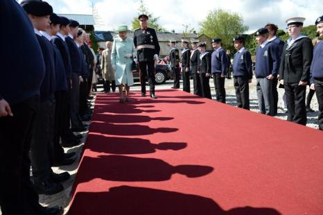 Королева Елизавета II посещает Северо-запад королевства. Почетный караул морских кадетов приветствует королева Елизавета II в Бернли. Фоторепортаж. Фото: Paul Grover - WPA Pool/Getty Images