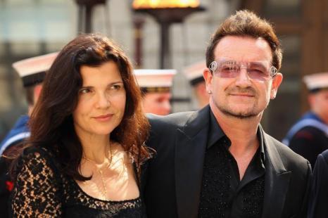 Гости в Королевской академии искусств на церемонии Celebration of the Arts.  Bono; Ali Hewson. Фоторепортаж.  Фото: Carl Court  WPA Pool/Getty Images