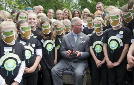 Принц Чарльз у школьников, защитников природы, на саммите WWF-зелёных послов Великобритании, 5 июля 2012 года в Doughton около Tetbury, Глостершир, Англия. Фоторепортаж. Фото: Arthur Edwards - WPA Pool/Getty Images