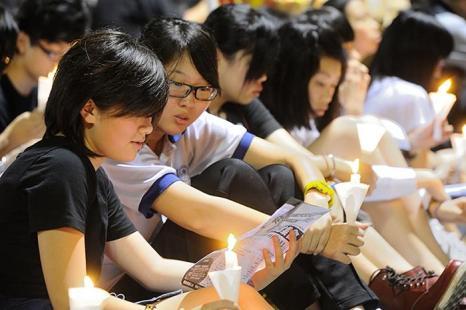 Студенты сидят в Парке Виктория во время акции, посвящённой 23-й годовщине бойни на площади Тяньаньмэнь, которая произошла 4 июня 1989 года в Пекине. Фото: Sung Pi Lung/The Epoch Times