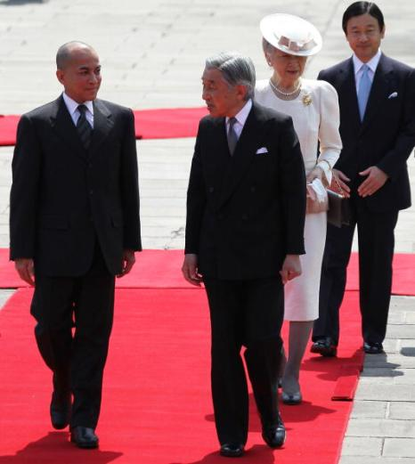 Король Камбоджи Нородом Сихэмони в сопровождении императора Японии Акихито, императрицы Мичико  и наследного принца Нэрухито  во время  радушной церемонии приема  в саду императорского дворца в Токио,  Япония 17 мая 2010. Фото: Franck Robichon-Pool/Getty Images