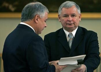 Лех (слева) и Ярослав Качинские. Фото: JANEK SKARZYNSKI/AFP/Getty Images