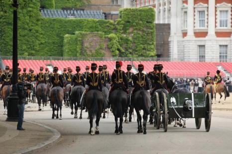 Королевское войско конной гвардии готовится к 41-пушечному салюту Royal Salute о возвещении начала  празднования юбилея правления королевы Елизаветы II. Фоторепортаж. Фото: Michael Buckner, Dan Kitwood, Oli Scarff  /Getty Images