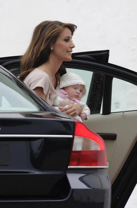 Королевская семья Дании приняла участие в крещении принцессы Атены. Принцесса Мария с маленькой принцессой Атеной.  Фоторепортаж. Фото: Christian Augustin/Getty Images
