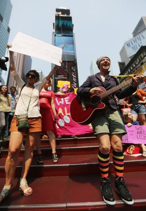 Протест с требованиями свободы для панк-рок группы Pussy Riot в Нью-Йоркском Таймс-сквер 17 августа 2012 г.  Фото: Mario Tama/Getty Images