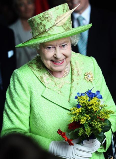 Королева Елизавета II на чаепитии в честь бриллиантового юбилея своего  правления приветствует  представителей кенийских племён. Фоторепортаж. Фото: Steve Parsons - WPA Pool/Getty Images