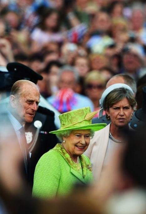 Королева Елизавета II принимала гостей на чаепитии в честь бриллиантового юбилея её правления. Rolf Harris; Queen Elizabeth II. Фоторепортаж. Фото: Steve Parsons - WPA Pool/Getty Images
