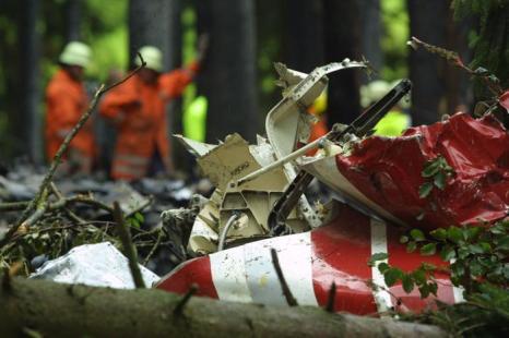 На месте автокатастрофы в  Юберлинген  около Боденского озера, Германия, 1 июля 2002 года. Фоторепортаж. Фото:  MICHAEL LATZ/AFP/Getty Images