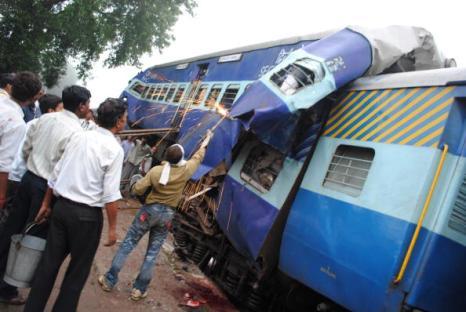 Железнодорожная катастрофа в Индии. Фото: STRDEL/AFP/Getty Images)