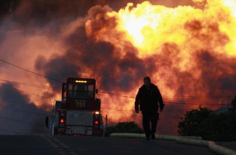 Пожар в Сан-Бруно. Взрыв  на газопроводе около международного аэропорта Сан-Франциско, горят десятки жилых жомов, один человек погиб, 25 пострадали. Фоторепортаж. Фото: Ezra Shaw/Getty Images