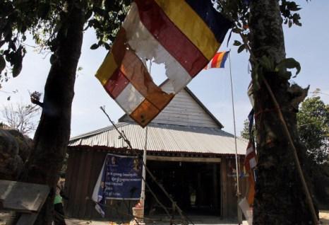 Храм в Камбодже пострадал от артобстрела. Фоторепортаж.  Фото: KHEM SOVANNARA, STR/AFP/Getty Images