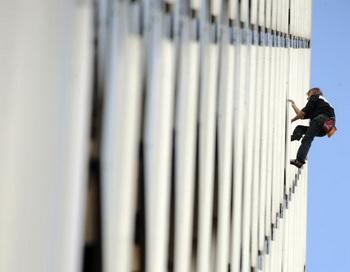 Французский скалолаз и покоритель небоскребов Ален Роберт, по кличке «человек-паук», собирается подняться на самую высокую башню в мире Burj Khalifa в Дубае. На этой фотографии он взбирается на башню Ariane, высотой около230 метров (755 футов), в La Defense, в окрестностях Парижа, 8 октября 2009 г. Фото: BORIS HORVAT/AFP/Getty Images