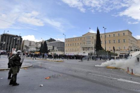 Греция парализована всеобщей забастовкой. Фоторепортаж. Фото: ARIS MESSINIS, LOUISA GOULIAMAKI, MILOS BICANSKI/AFP/Getty Images