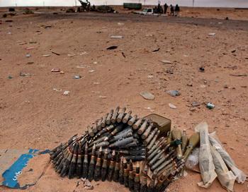 Запас патронов и боеприпасов лежит в пустыне близ города Рас Лануф. Фото РИА Новости
