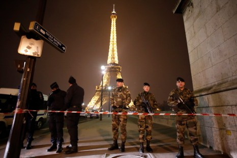 Угроза взрыва в Эйфелевой башне оказалась ложной. Фото: THOMAS COEX/AFP/Getty Images