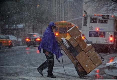 Шторм «Афина» обрушился на Нью-Йорк. Фото: STAN HONDA, John Moore, Mario Tama/AFP/GettyImages