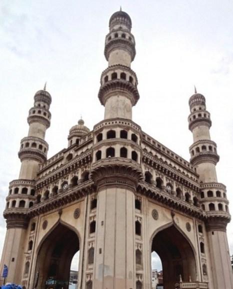 Charminar (Чарминар) получил своё имя благодаря четырём причудливо вырезанным тонким башням. Это квадратная структура со сторонами длиной по 20 метров имеет изящный минарет с двойным балконом в каждом углу. Фото: Noah Seelam/AFP/Getty Images