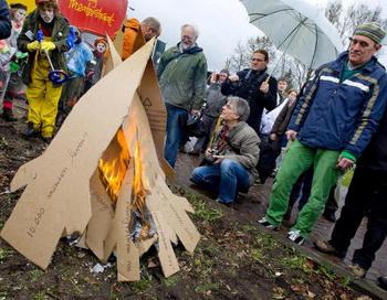 Сторонники мира сжигают картонные ракеты. Фото: ED OUDENAARDEN/AFP/Getty Images
