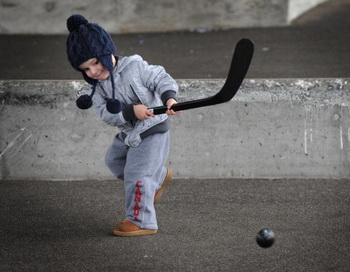 Канадская компания отзывает опасные для здоровья детские хоккейные клюшки. Фото: MARK RALSTON/AFP/Getty Images