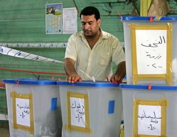 Избирательная комиссия Ирака отказала президенту и премьер-министру в просьбе о пересчете вручную голосов, поданных на парламентских выборах 7 марта. Фото: Muhannad Falaah/Getty Images