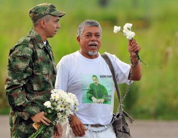 Сержант Пабло Эмилио Монкайо вместе со своим отцом после освобождения из плена колумбийскими повстанцами ФАРК. Фото: LUIS ROBAYO/AFP/Getty Images