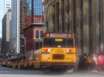 Автобусы  для перевозки сторонников Ху Цзиньтао на митинг возле национального парламента Канады в Оттаве. Водитель транспортной компании «Св. Леонард»  сказал, что его компания направила 26 автобусов, каждый загружен  72 пассажирами. Фото: Великая Эпоха