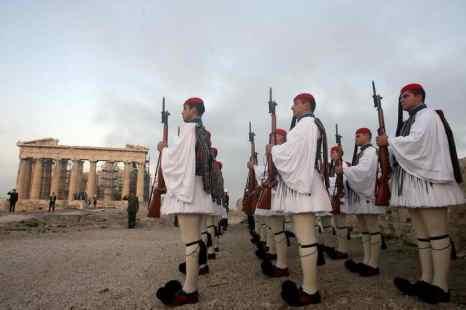 Членство Греции в НАТО не мешает ей развивать сотрудничество с Россией в оборонной области. Фото: ARIS MESSINIS/AFP/Getty Images