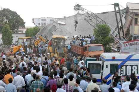 В Индии рухнула больница, под завалами оказались женщины и дети.  Фото: STRDEL/AFP/Getty Images