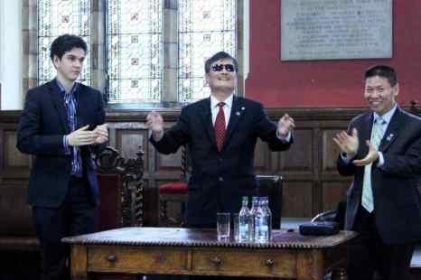 Чэнь Гуанчэн (в центре), студент Оксфорда (слева) и Боб Фу (справа), руководитель правозащитной группы по Китаю, «Оксфордский союз», 21 мая 2013 года. Фото: Li Jingxing/The Epoch Times